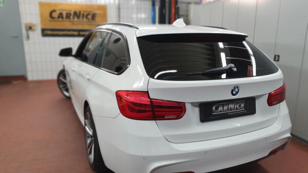 Getönte Scheiben weißer BMW nach der Scheibentönung